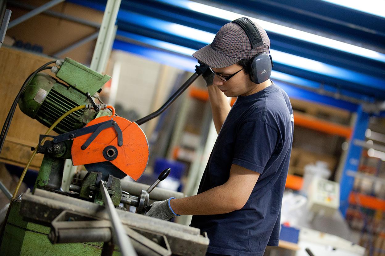 Homme travaillant sur une machine