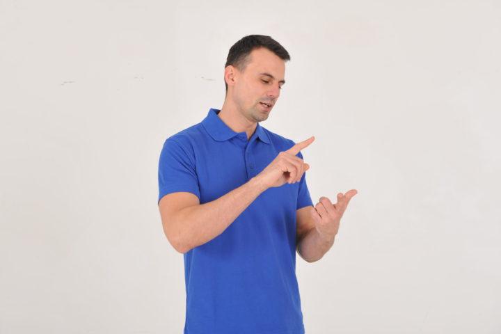 Homme comptant les 3 piliers de l'ergonomie