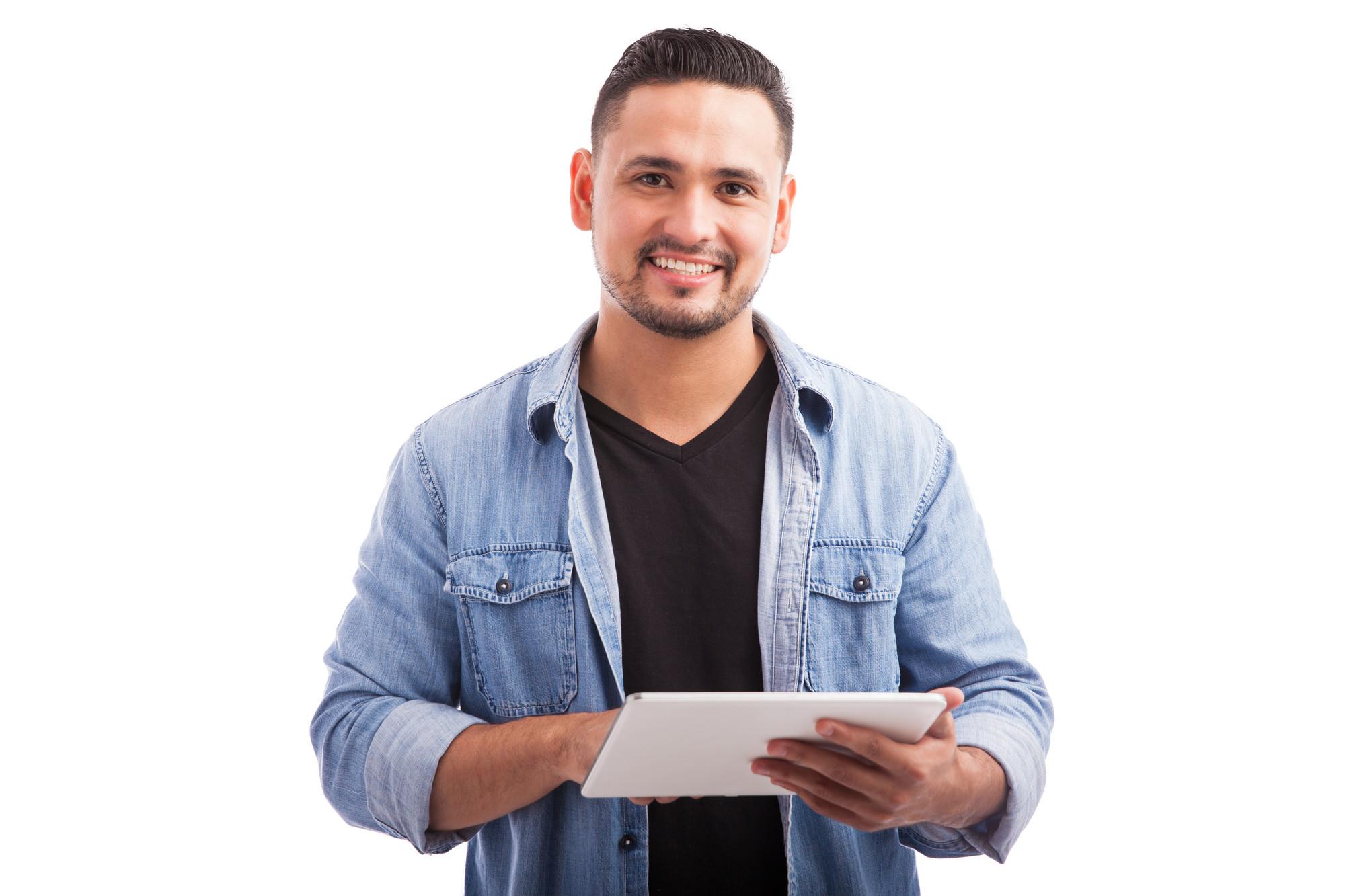 Homme consultant une tablette