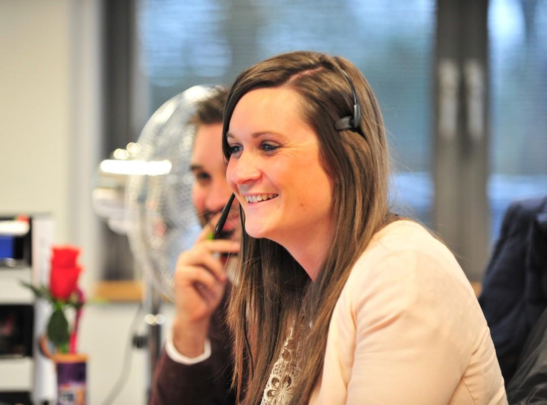 Femme souriante avec casque téléphonique
