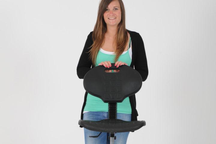Femme appuyé sur un siège assis-debout